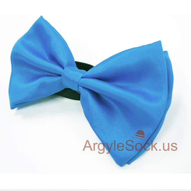 mans bright blue bow tie